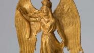 Серьги в виде фигурок Ники Середина IV в. до н. э. Золото; литьё, пайка, гравировка. Высота 4,0 см; 4,8 см