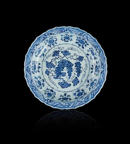 Блюдо Махин Бану с изображением винограда Китай, Цзиндэчжень Династия Мин, период правления Юнлэ (1403–1424) Фарфор; подглазурная роспись кобальтом Диаметр 43,2 см; высота 8,26 см