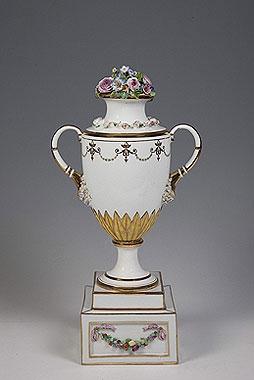 Ваза с лепным букетом. 1780-е гг. Фарфор, бисквит, лепка, роспись надглазурная полихромная, позолота, цировка.