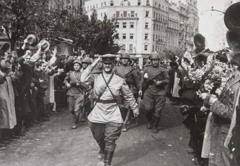 Евгений Халдей. Капитан Дмитрий Кудашов в Белграде. Югославия, октябрь 1944.