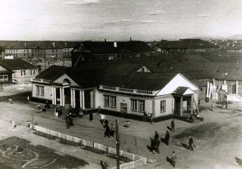 Вид здания Воркутинского музыкально-драматического театра до реконструкции  Лето 1945.